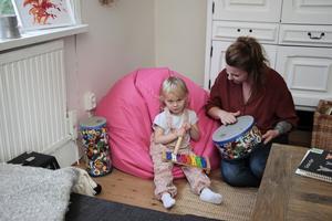 Nora och Sandra går loss på instrumenten.