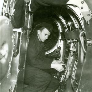 Anders Lifs far Erik Lifh sitter inne i B2:a och mekar under krigsåren på 1940-talet. Foto: Privat