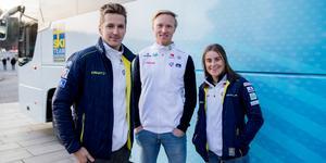 Teodor Pettersson, Oskar Svensson och Ebba Andersson är exalterade över den nya superbussen från Scania.