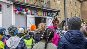 Under tisdagsmorgonen var Klockarsbergsskolans gård fylld av glada elever som skulle få vara med när deras nya lekotek invigdes.