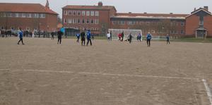I fler år har elever och lärare väntat på att få ordning på fotbollsplanen.
