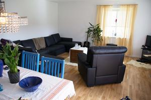 Lisa Svedberg vred och vände på soffan för att hitta rätt plats. Gardiner är uppsatta och vardagsrummet färdigmöblerat.