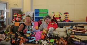 Jeanette Meijer Nylund och Johan Nylund från Grängesberg hoppas på att sälja ut sonens  gamla leksaker och kläder.