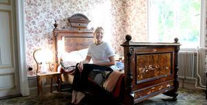 Emma Norelius sover gott med ny tapet på gamla väggar.