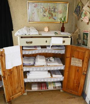 Agnetha använder sina gamla auktionsmöbler för att visa vad som finns till salu.