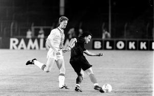 Pelle Blohm hinner skicka bollen vidare innan John van Loen hinner fram.