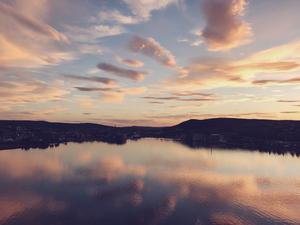 Varför åka utomlands när du kan spendera sommaren i Medelpad? Här får du sol, bad och över bron en fantastisk kvällspromenad. Foto: Isabelle Norberg