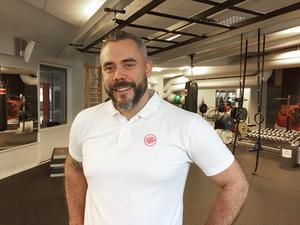 Johan Storm, verksamhetschef på Friskis & Svettis i Falun efterlyser fler män som leder gympapassen.