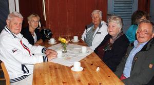 Ivan och Ulla Helgesson bor i Alingsås men kommer tillbaka till Fagersta åtminstone en gång per år för att träffa vänner på Återvändardagen. Här fikar de tillsammans med Marianne Ahlroos, Stina Eriksson och Evind Ahlroos.