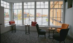 Lounge med utsikt över Orsa centrum.