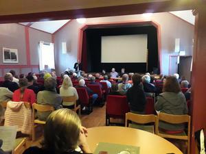 Röfors Folkets hus var på torsdagskvällen fullsatt av folk som ville diskutera och höra information om företaget Laxå bruks miljöåtervinning AB. Moderator för samtalet var kommunens utvecklingschef Hans Traav.