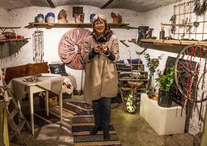 I Skapande Händers butik i Sätra Brunn finns ett litet angränsade rum som heter Grottan. Från och med fredag och en månad framåt ställer hon ut sina hemmagjorda saker - gjorda av gamla cykelslangar.