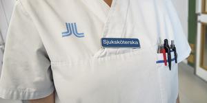 Sjuksköterskor inom Hälso- och sjukvården  i Sollefteå kommun erbjuds 2 000 kronor extra i lön per arbetspass om de arbetar på sin semester. Foto: TT