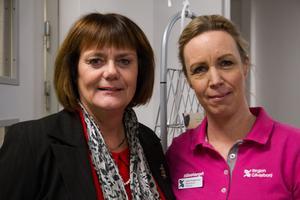 Regionråd Hannah-Karin Linck (C) och vårdenhetschefen Charlotte Thorbjørnsen klippte gemensamt det röda bandet.