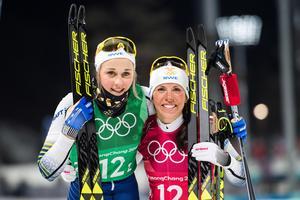 Stina Nilsson och Charlotte Kalla efter silvret i sprintstafetten. Bild: Carl Sandin/Bildbyrån