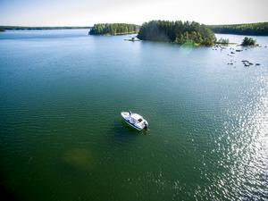 I farleden där Anders Jonsson ligger med sin båt saknas de två prickarna på båtens babordssida syns tydligt en stor sten. Bilden är tagen från nordväst mot ön Snoharen. Längst upp i vänstra hörnet skymtar Kusön.