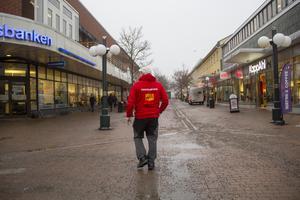 Att vandra omkring på stan och prata med människor som behöver hjälpa är en stor del av Micke Larssons jobb.