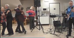 Nu är dansen i full gång och var så i dryga timmen. Foto: Kjell Larsson