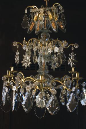 Efter: Den vackra kristallkronan från 1700-talet hänger i sakristian och har varit på Gotland och putsats av särskilt sakkunniga.