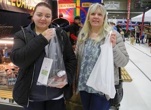 Rej Jonasson och Anki Dalkvist köper pepparkorv och rökt  vitlöksmarinerad fläskkarré.