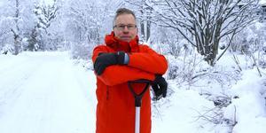 Kommunalrådet Jörgen Persson jobbar som andra villaägare med att skotta snö denna december. Politiskt har han hösten som gick jobbat fram en uppgörelse med vänsterpartiet och moderaterna.