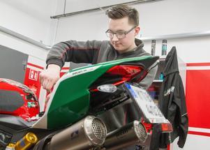 Albin Östensson har arbetat på firman i några år. Han kommer från fordonsprogrammet i Köping och lär nu upp flera elever därifrån som praktiserar hos Italia bike center.