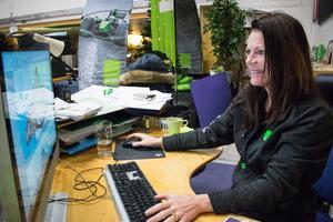 Katharina Lindh är vd på företaget. Här visar hon ritningarna över pepparkakshuset  i datorn.