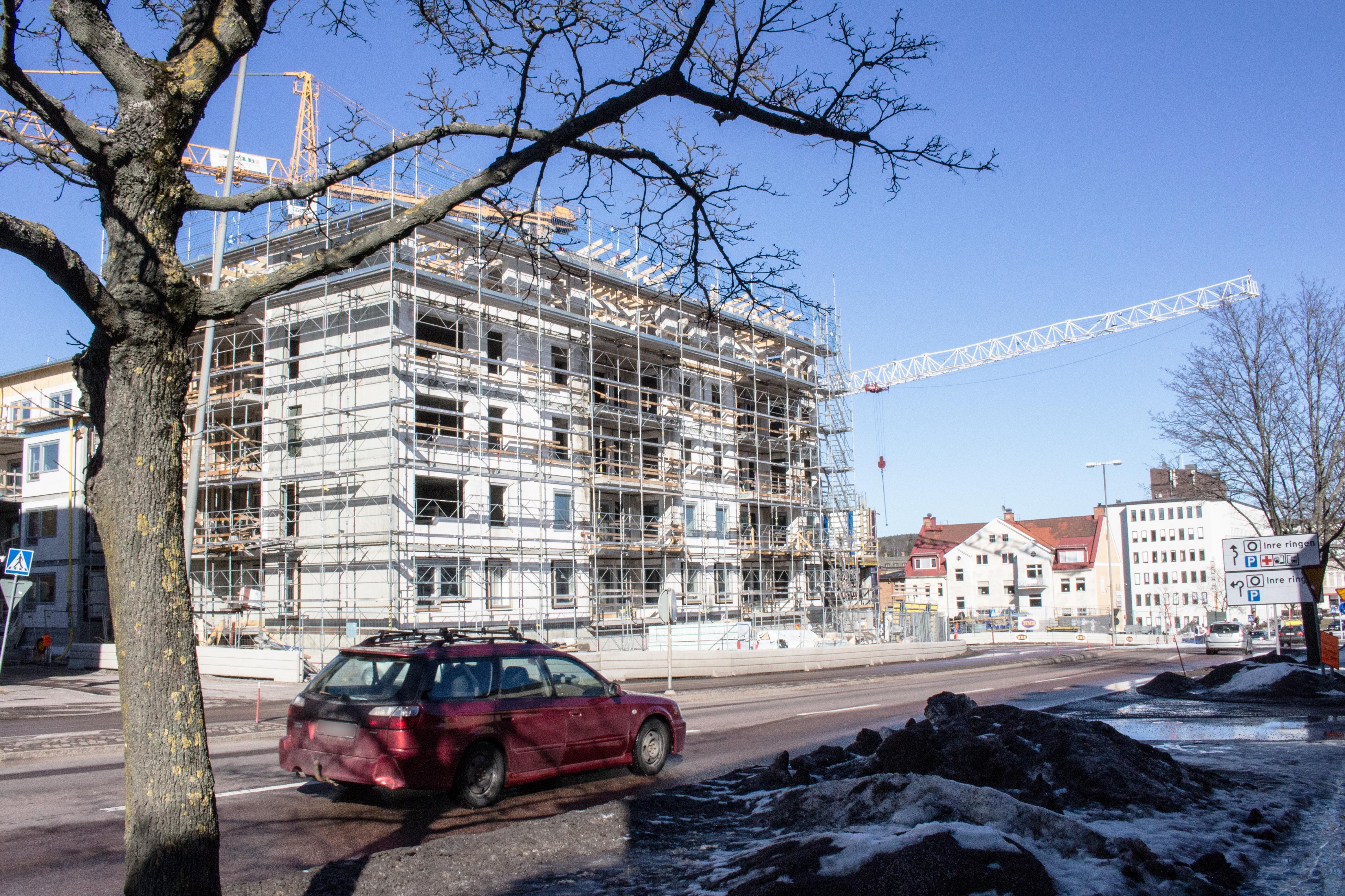 Kommunala bostadsbolaget Kopparstaden bygger i Falu centrum. Socialdemokraterna vill även se nya bostäder i byarna.