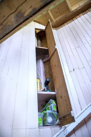 Ett spännande skåp är inbyggt i trapphuset. Magnus och Malin Westman ska hålla den gamla stilen i sitt nygamla hus.