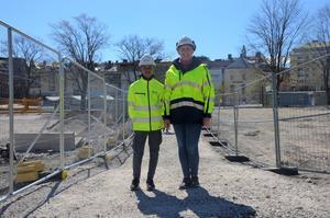 Prao-eleven Adonay Debas tillsammans med sektionschef Malin Holmkvist är nöjda med den nya gångvägen igenom byggarbetsplatsen.