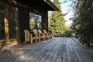 Utanför yogasalen finns en stor altan med sittplatser.