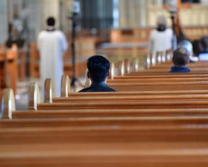 Satsa på gospelgudstjänst för att fler ska komma till kyrkorna.