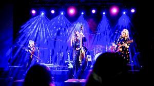Sofia Karlsson tillsammans med Linnea Olsson på cello och Charlotte Centervall på gitarr.