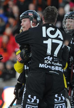Daniel Eriksson kramas om av Daniel Mossberg efter 6–5-målet i SM-finalen. Bild: Fredrik Sandberg / SCANPIX