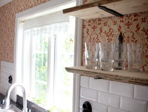 Öppna kökshyllor av gammalt golvplank.