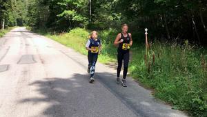 Tioåriga Ellen Stolt och Maja Holmstedt, 13 år, sprang ungdomsloppet Korten, som var på sju kilometer. Foto: Maria Strömberg Bylund