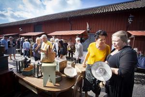 Christina Svensson och Sanna Haverinen från Arboga hittade en korg och en lampa på mässan. Foto: Lennye Osbeck