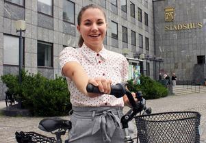 Marie Pellas har jobbat i ett halvår som planerare inom hållbara resor. Hon ser både för- och nackdelar med att vara cyklist i Västerås.