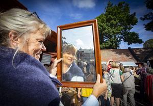 Karin Kiellander-Evensen hittade en spegel att sola sig i, hon kommer från Stockholm och har en antikaffär där. Foto: Lennye Osbeck