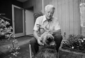 Wallace Stegner med sin hund Suzie. Bilden är tagen 1972 i samband med att han erhöll Pulitzerpriset för sin roman