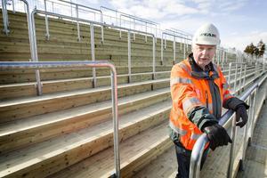 Platschefen för ombyggnaden av Jämtkraft arena Gunnar Eliasson inspekterar den nybyggda södra ståplatsläktaren.