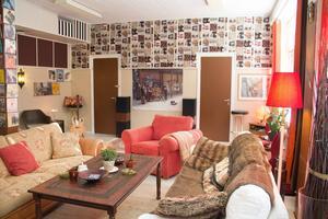 De ljusisolerande plattorna på väggarnas övre del ger ett bra, mjukt, ljud i lokalen.