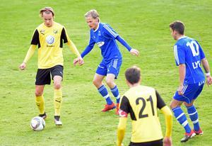 Blåklädda Dala-Järna vann en dramatisk match mot Hille förra helgen (2–1) och har ett drömläge på division 3 inför lördagsmatchen mot Delsbo. På bilden syns Järnaspelarna Oskar Bergsman och Robert Hedman.