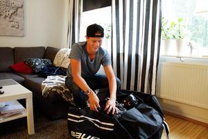 Adam Boqvist packar det sista inför avresan till USA.