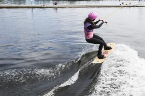 Wakeboardåkarna använder våtdräkt för att slippa frysa.