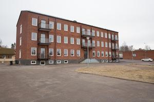 Det gamla kommunalhuset i Grängesberg är ombyggt till seniorboende. Det finns för få som för Grängesbergs talan i Ludvika kommun, tycker Lennart Hedberg, och flera med honom.