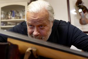 Michael Wallmo har reparerat kontrabasar i snart 40 år. Han gick fiolbyggarskolan i Leksand 1982-1986.