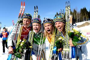 Ida Ingemarsdotter, Emma Wikén, Anna Haag och Charlotte Kalla skriker ut sin glädje efter OS-guldet i Sotji. Bild: Carl Sandin/Bildbyrån.