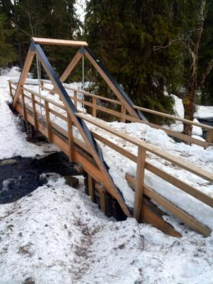 Bron över bäcken.