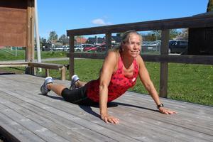 Utnyttja gärna utegymmens stretchdel. Eller varför inte det gröna gräset? Prova det du gillar bäst.  Här stretchar Carina Åsman sin mage.